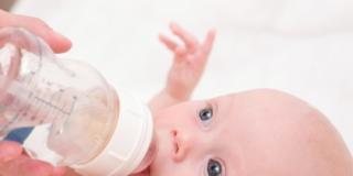 Latte artificiale: quando è necessario il biberon
