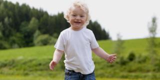 Passo dopo passo il bambino impara a camminare e a correre