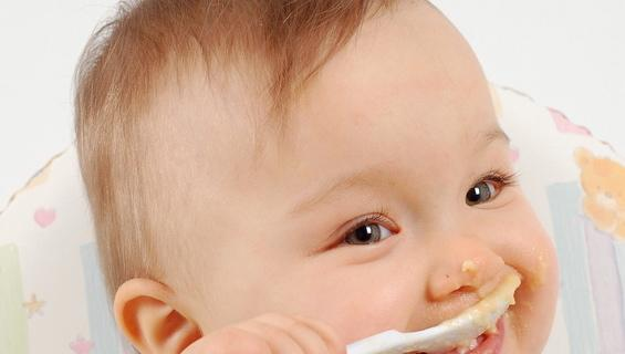 Dal seno al cucchiaino: che fare se rifiuta la pappa