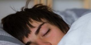 Il sonno dei ragazzi: dormire bene per vivere meglio. Consigli per i genitori