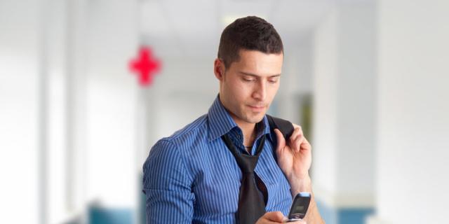 Papà in sala parto: uno su due è distratto da tablet e smartphone