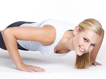 La ginnastica per tonificare seno, addome e fianchi