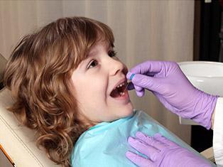 Bambini dal dentista: per colpa della crisi, una famiglia su tre non li porta più