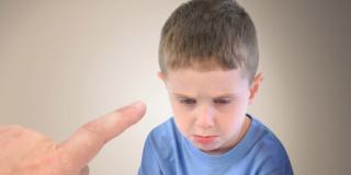 È giusto che il papà alzi la voce quando è arrabbiato con il bambino?