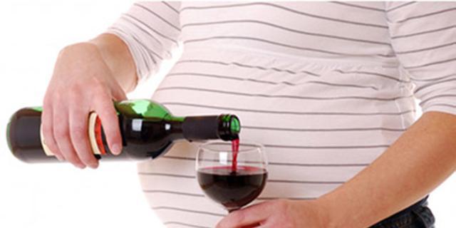 Alcol in gravidanza: fa male anche berne poco?