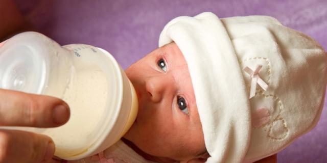 Contrordine, a piccole dosi il latte artificiale fa bene ai prematuri