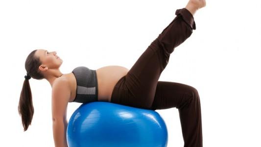 Cinque consigli contro le gambe pesanti in gravidanza