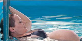 Parto: gli esercizi per l'addome e i fianchi da fare in acqua