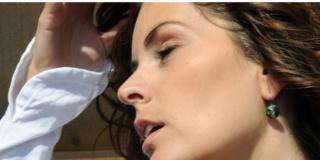 Scoperto un legame fra mal di testa in gravidanza e parto podalico