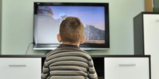 Bambini davanti alla tv: conta anche lo status familiare