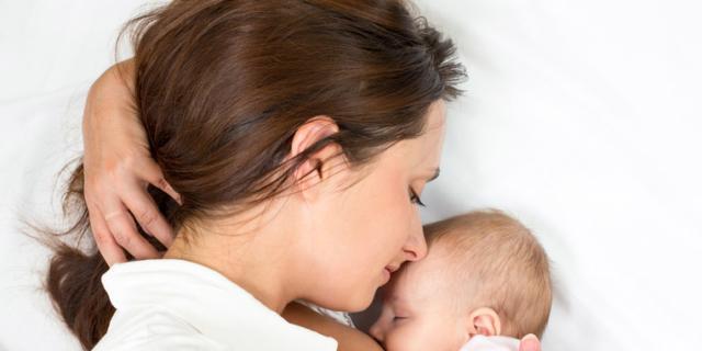 Le posizioni giuste per allattare il neonato