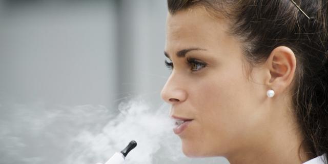 Stop alla sigaretta elettronica anche nei cortili della scuola