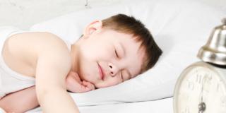 Andare a dormire alla stessa ora è importante per il cervello dei bambini