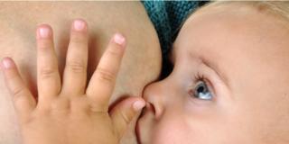 Allattamento al seno: ok per quasi tutti i farmaci