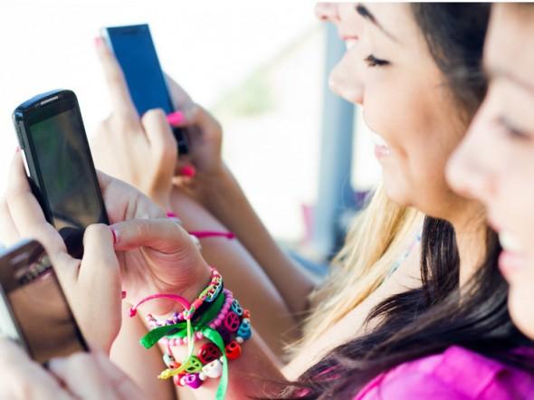 giovani nativi digitali smartphone