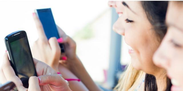 Gli adolescenti preferiscono lo smartphone e i rischi aumentano