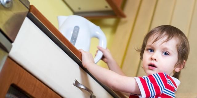 Ustioni nei bimbi: attenzione a liquidi bollenti e piastre per capelli