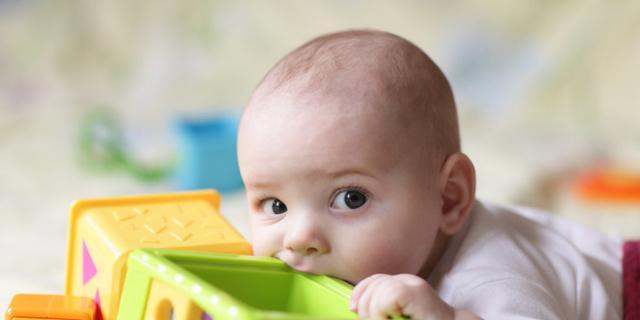 Salute: perché i bambini mettono tutto in bocca?
