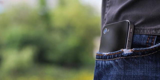 Il cellulare in tasca danneggia la fertilità e la qualità dello sperma