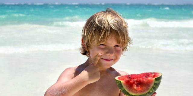 Alimentazione bambini: in spiaggia solo cibi leggeri