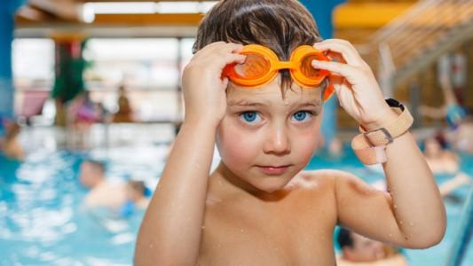 Bambini in acqua? Con controllo e corsi di nuoto dai 3 anni