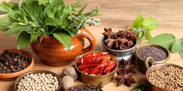 Cacao per la maschera al cacao antiage con miele e yogurt e cannella insieme ad altri cibi e spezie