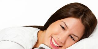 Usare troppo cellulare e tablet non provoca insonnia