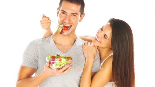 Gli uomini battono le donne nel seguire una dieta dimagrante