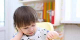 Il bambino rifiuta alcuni cibi o vuole mangiare da solo