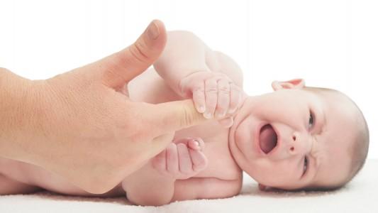 Controllo riflessi istintivi del neonato