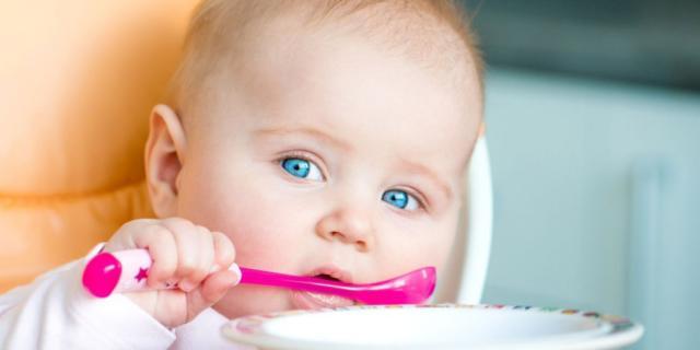 Il bebè non vuole il cucchiaino