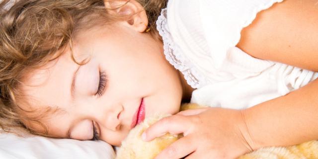 Non dorme: la colpa è dei genitori?