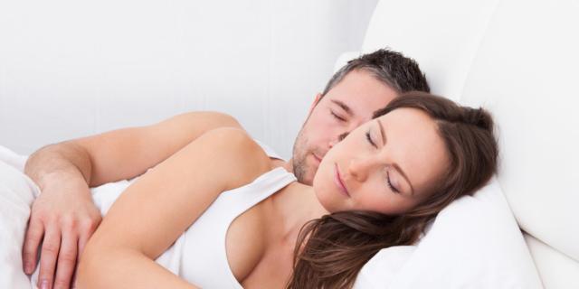 La posizione del sonno rivela la salute della coppia