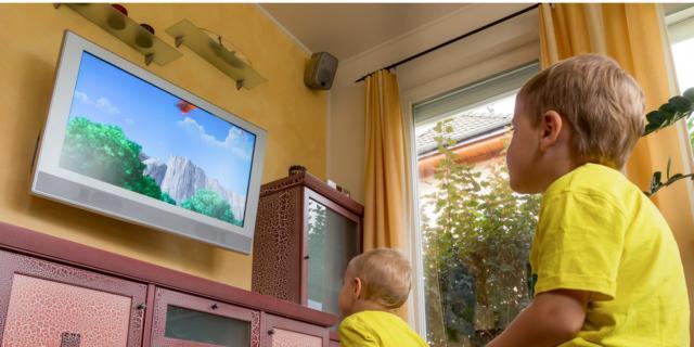 Bambini e tv: massimo due ore al giorno