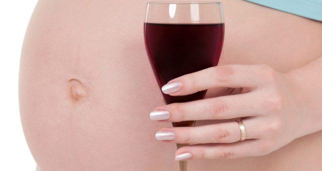In gravidanza 1 donna su 3 non smette di bere alcol