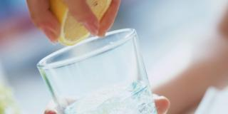 Acqua e limone: detox, ma non per i denti