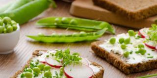 Lunga vita con piselli, soia, mais e gorgonzola