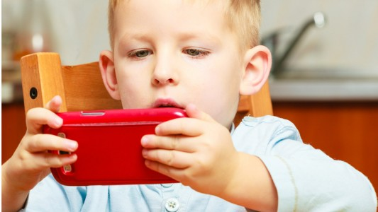 Smartphone e tablet anche a tavola: più disturbi alimentari