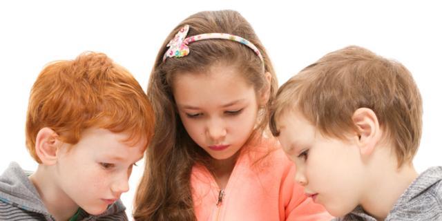 Dipendenza da cellulare nei bambini: rischio collo da sms