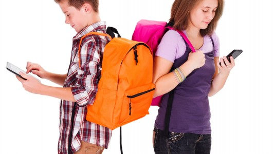 Mal di schiena: colpa di zaini e smartphone