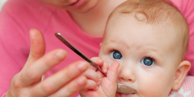 Svezzamento neonato: nuove regole per evitare le allergie