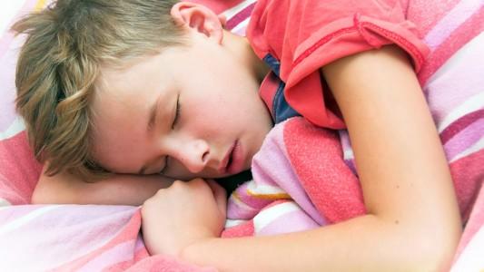 Tuo figlio va male a scuola? Fallo dormire di più!