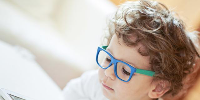 Occhiali per il 13% dei bambini tra 6 e 14 anni