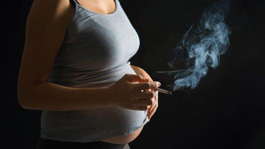Fumo in gravidanza causa tic nel bebè?
