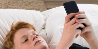 Smartphone: troppi adolescenti lo controllano anche di notte