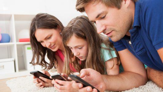 Troppo tempo su smartphone e tablet: comunicazioni difficili