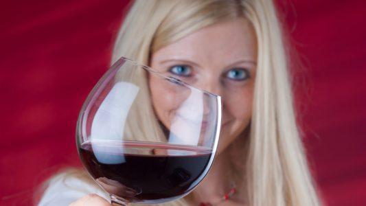 Adolescenti: troppo alcol restringe il cervello