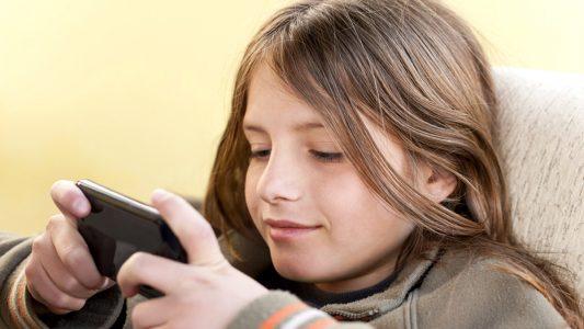 Online anche prima degli 11 anni: attenzione ai rischi
