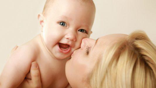 Coccole e amore nutrono il cervello del bebè