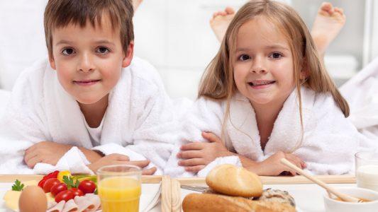 Obesità infantile: fare colazione e dormire di più